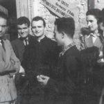 Emilio Colombo con un gruppo di giovani di Azione Cattolica