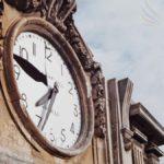 L'orologio del Palazzo della Prefettura di Potenza fermo sull'ora del sisma (foto Archivio Luccioni)