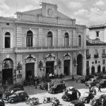 Piazza Prefettura con il Teatro Stabile negli anni Cinquanta (foto Archivio Luccioni)